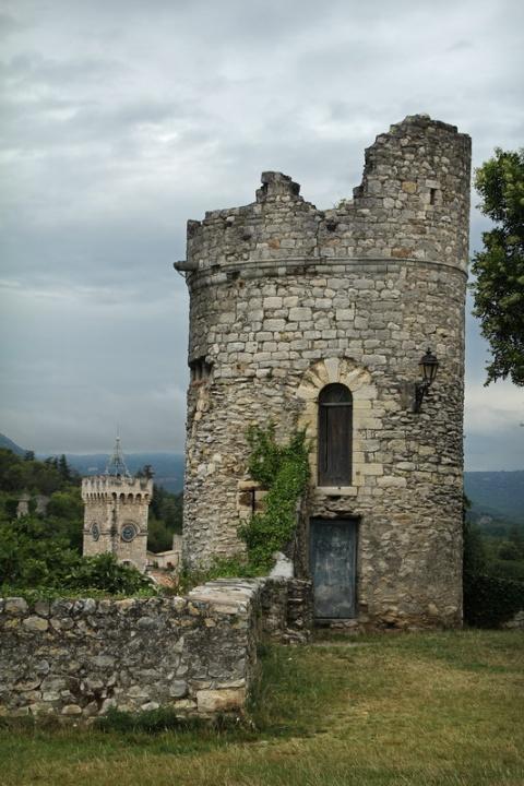 Viviers (France, Ardèche). Tour sur le belvédère de Châteauvieux.