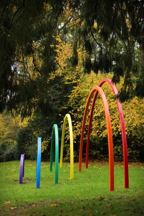 """Caen - Le Jardin des Plantes. Oeuvre """"Arc en ciel"""" de Sarah Holt."""