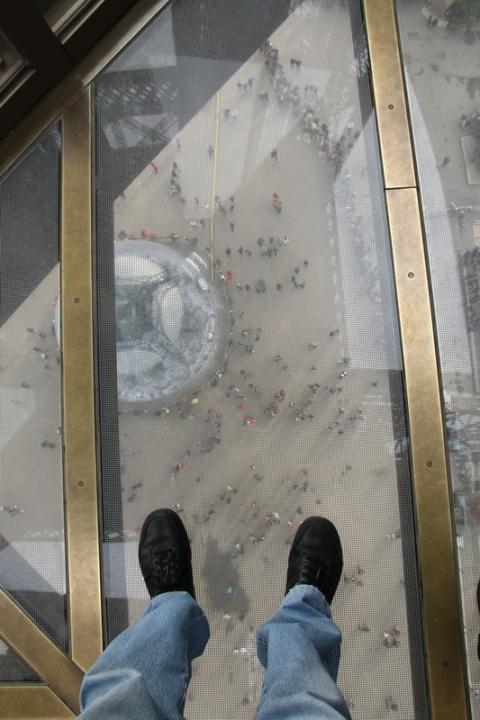 Paris - Le plancher vitré du 1er étage de la Tour Eiffel