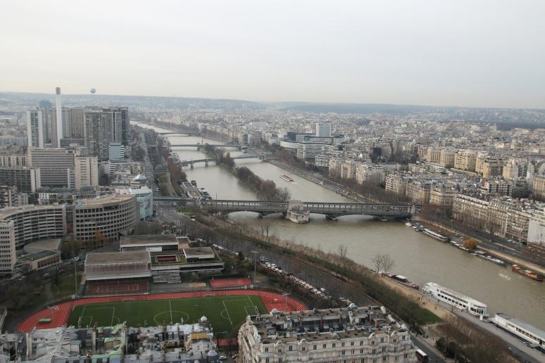Paris - Vue sur la Seine et la Maison de la Radio depuis le 2ème étage de la Tour Eiffel.