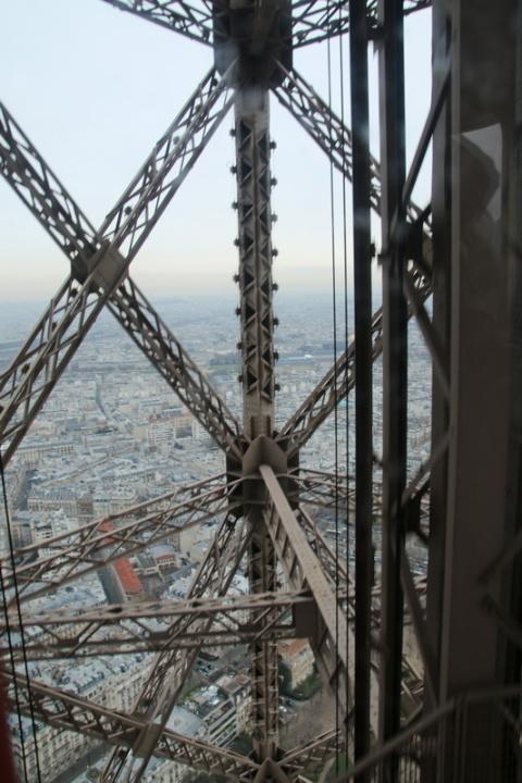Dans l'ascenseur qui monte au 3ème étage de la Tour Eiffel.
