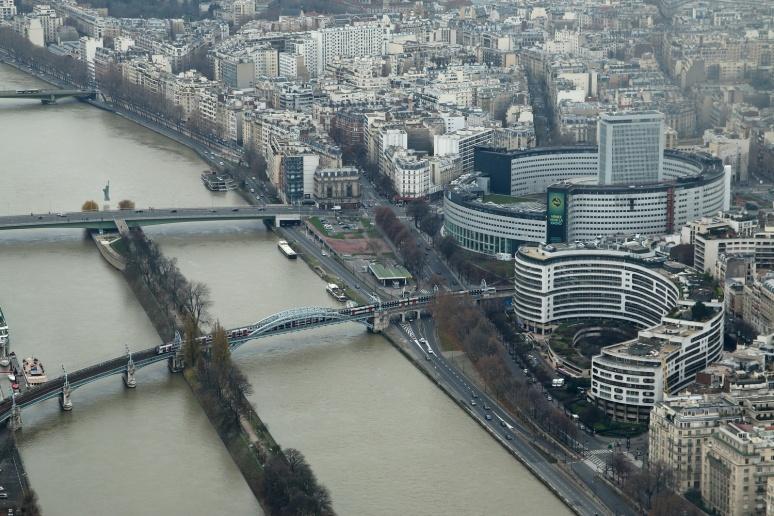 Vue sur la Seine et la Maison de la Radio depuis le 3ème étage de la Tour Eiffel.