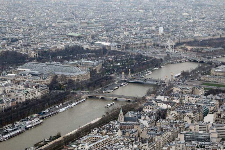 Vue sur le Grand Palais et la place de la Concorde depuis le 3ème étage de la Tour Eiffel.