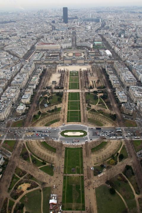 Vue sur le parc du Champ de Mars, l'école militaire et la Tour Montparnasse depuis le 3ème étage de la Tour Eiffel.