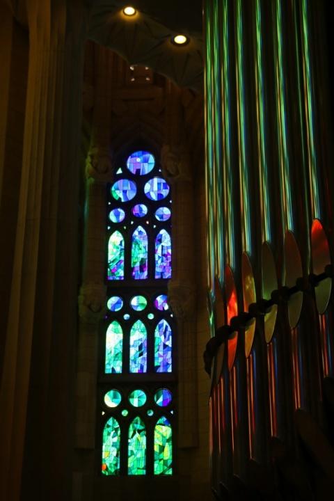 Reflets de vitraux sur l'orgue de la Sagrada Familia (Barcelone, Espagne)