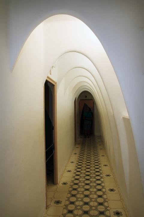 Dans le grenier de la Casa Batllo (Barcelone, Espagne)