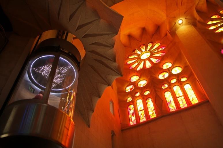 Ascenseur design dans la Sagrada Familia (Barcelone, Espagne)