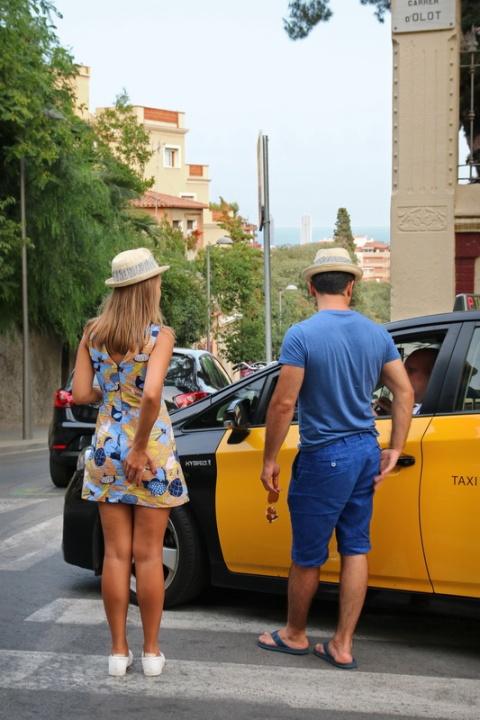 En sortant du taxi