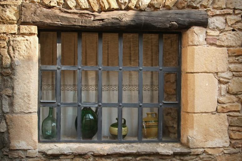 Fenêtre à Peratallada (Catalogne, Espagne)