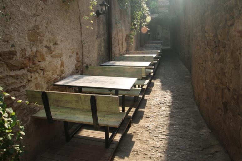 Tables de restaurant à Peratallada (Catalogne, Espagne)