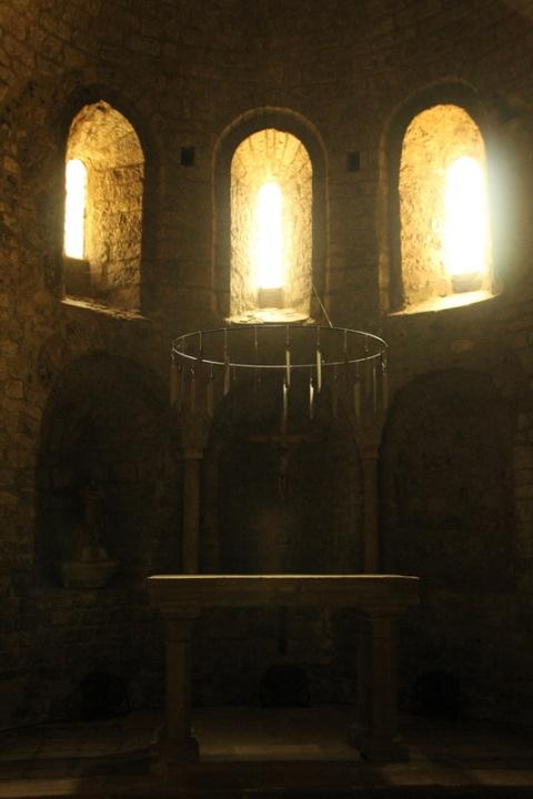 """Œuvre d'art """"Desert Shore"""" de Claude Lévêque, dans l'abbaye de Gellone, à Saint-Guilhem-le-Désert (Hérault)."""