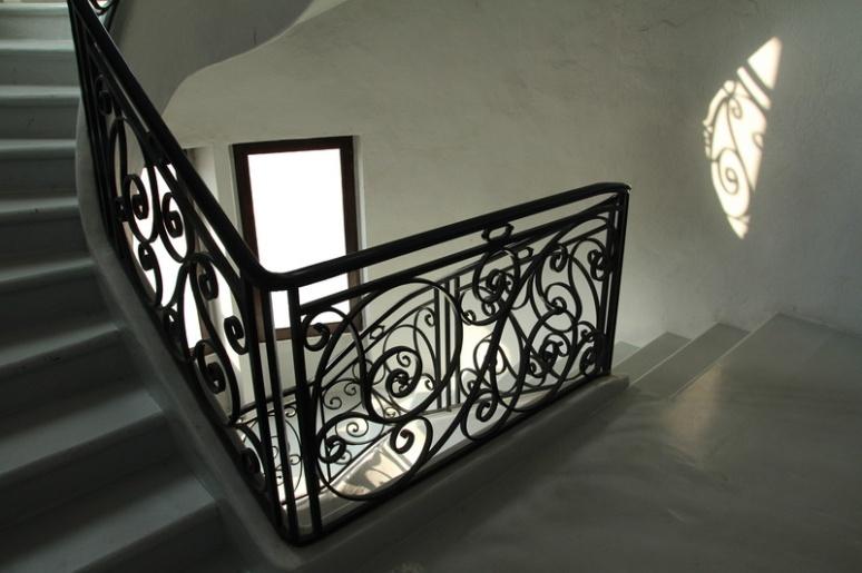 Escalier dans un édifice religieux du Mont Saint-Clair, à Sète (Hérault).
