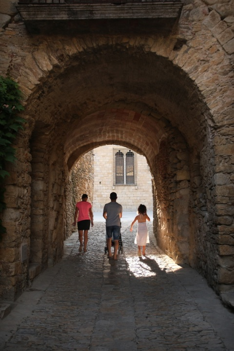Promenade familiale à Peratallada (Catalogne, Espagne)