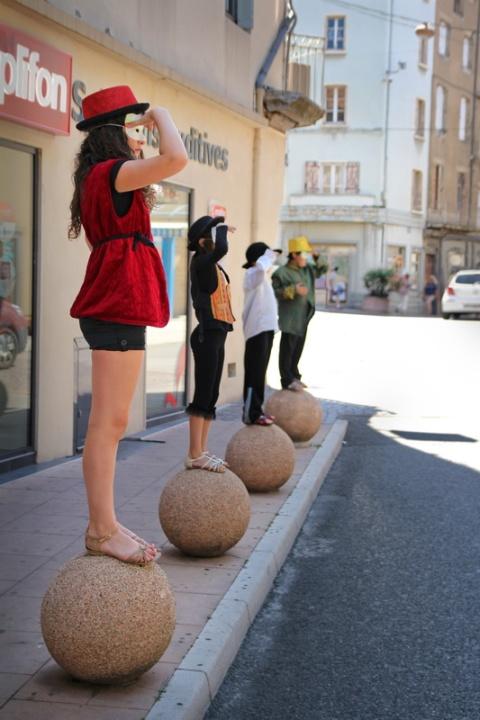 Spectacle improvisé dans la rue, à Aubenas (Ardèche).
