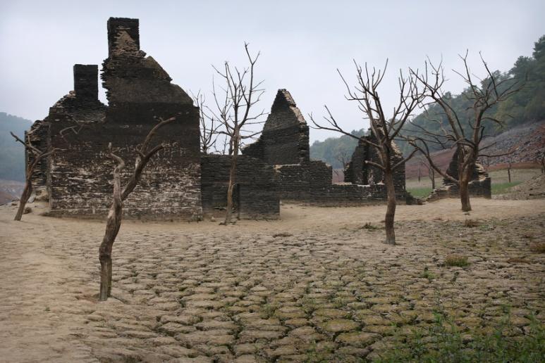 Ruines au fond du lac de Guerlédan asséché en 2015 (Bretagne).