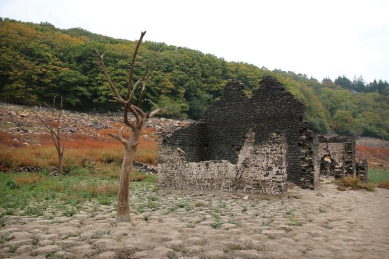 Ruine au fond du lac de Guerlédan asséché en 2015 (Bretagne).