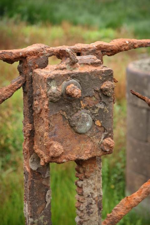 Détail d'une ancienne écluse au fond du lac de Guerlédan asséché en 2015 (Bretagne).