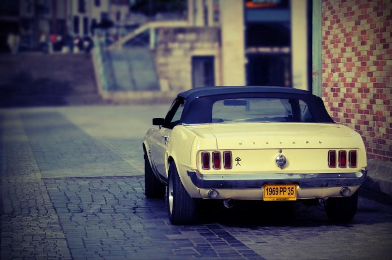 Mustang sur la Place des Lices, à Rennes.