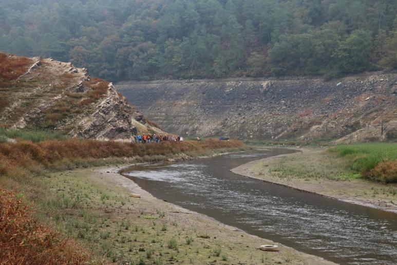 Au fond du lac de Guerlédan asséché en 2015 (Bretagne).