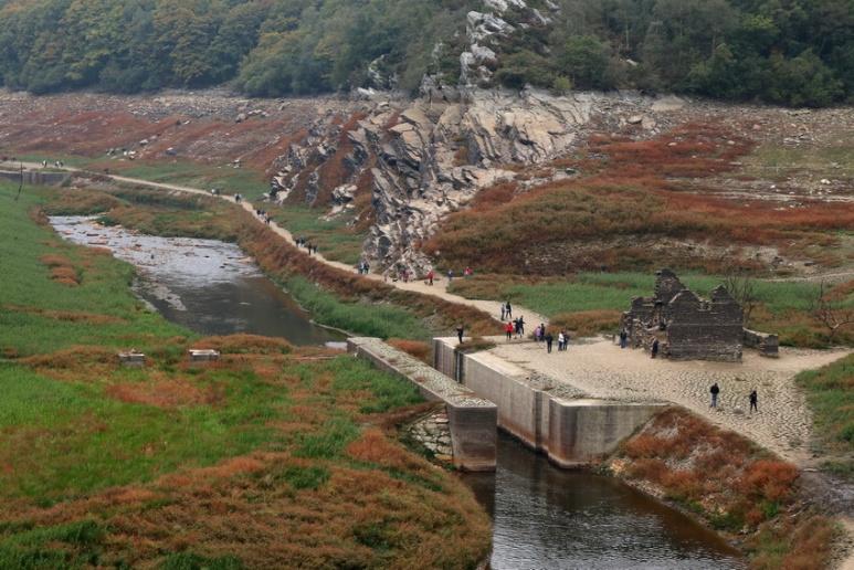 Ancienne écluse au fond du lac de Guerlédan asséché en 2015 (Bretagne).