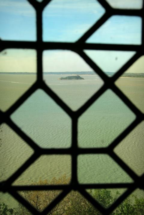 L'abbaye du Mont-Saint-Michel : L'îlot de Tombelaine vu depuis une fenêtre de la salle des Hôtes.