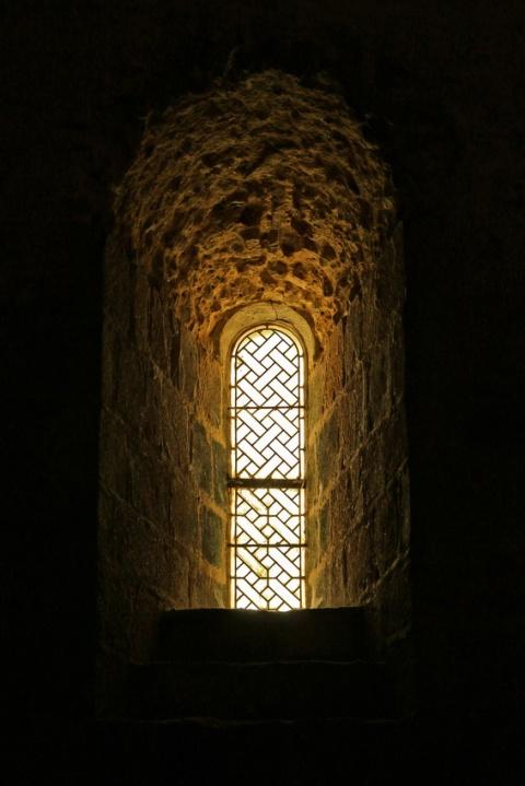 L'abbaye du Mont-Saint-Michel : Une fenêtre de la crypte Saint-Martin.