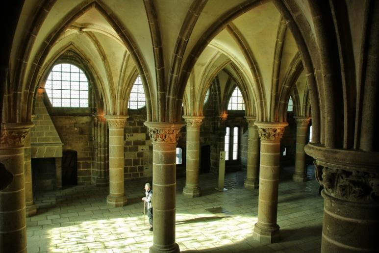 L'abbaye du Mont-Saint-Michel : La salle des Chevaliers. Cette salle a été construite pour supporter le cloître, juste au-dessus. C'était la salle de travail et d'étude des moines.