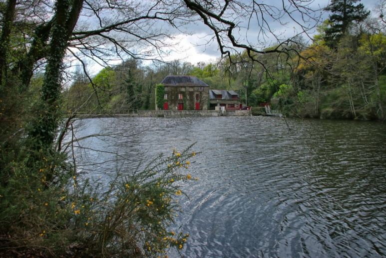 Muzillac (Morbihan), l'étang et le moulin de Pen Mur.