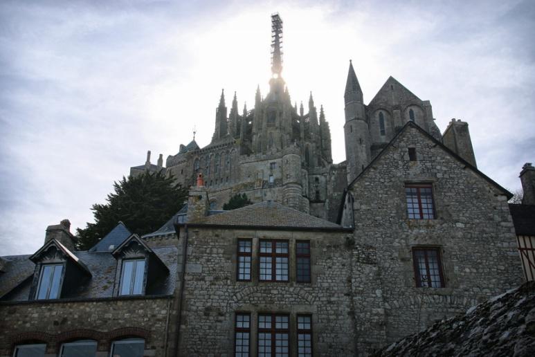 L'abbaye du Mont-Saint-Michel vue depuis les remparts.