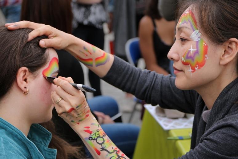 La maquilleuse (Marche LGBT 2016 de Rennes)