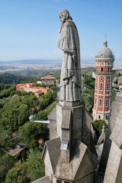 La vue en montant au sommet de l'église Sagrat Cor du Tibidabo (Barcelone).