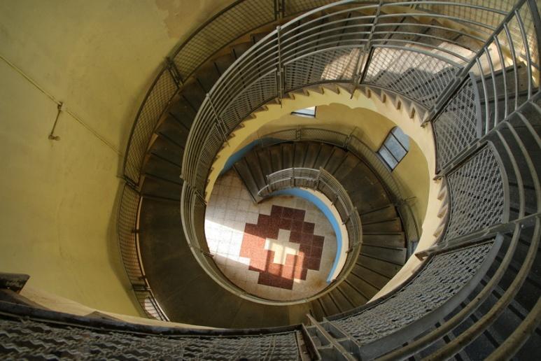 Les derniers escaliers avant le sommet de l'église Sagrat Cor du Tibidabo (Barcelone).