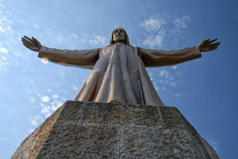 La statue du Christ au sommet de l'église Sagrat Cor du Tibidabo (Barcelone).