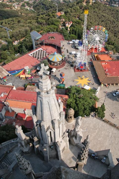 Vue sur le parc d'attractions du Tibidabo depuis le sommet de l'église Sagrat Cor (Barcelone).