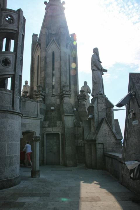 A mi-hauteur de l'église Sagrat Cor du Tibidabo (Barcelone).