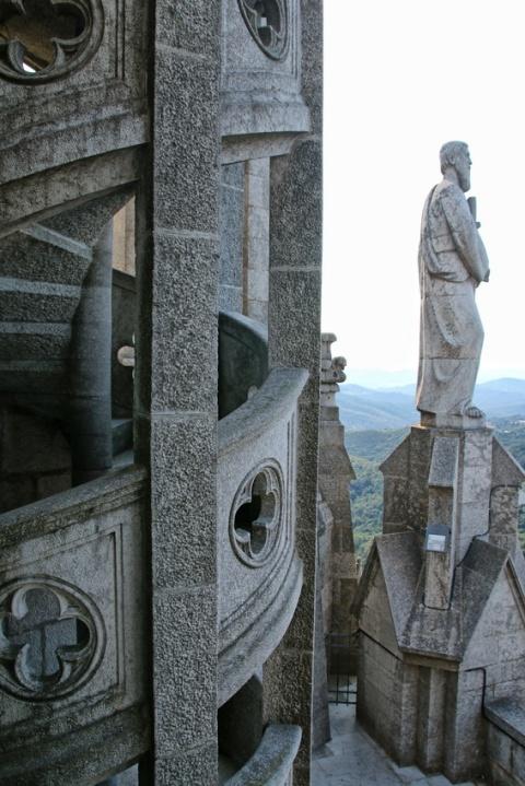 Escalier montant en haut de l'église Sagrat Cor du Tibidabo (Barcelone).
