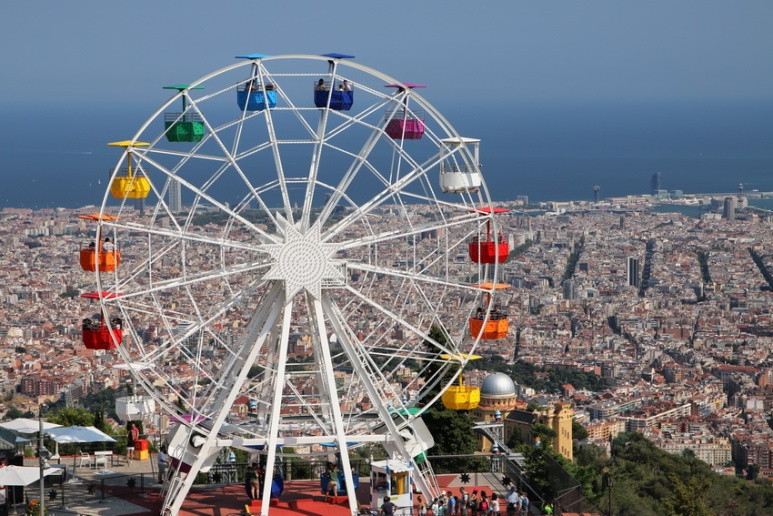 Vue sur Barcelone depuis le parvis de l'église Sagrat Cor du Tibidabo (Espagne).