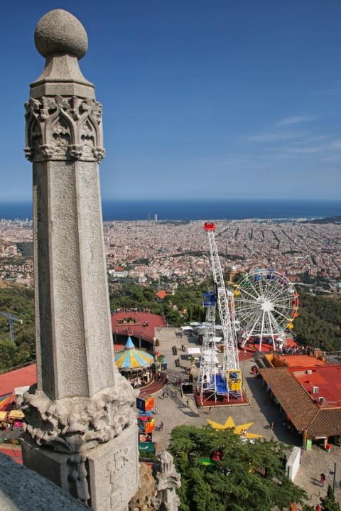 Vue sur Barcelone depuis la mi-hauteur de l'église Sagrat Cor du Tibidabo.