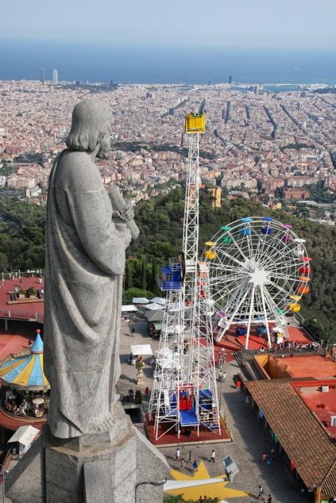 Vue sur Barcelone et le parc d'attractions du Tibidabo en montant au sommet de l'église Sagrat Cor.