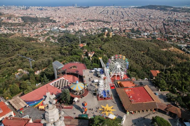 Vue sur Barcelone et le parc d'attractions du Tibidabo depuis le sommet de l'église Sagrat Cor.
