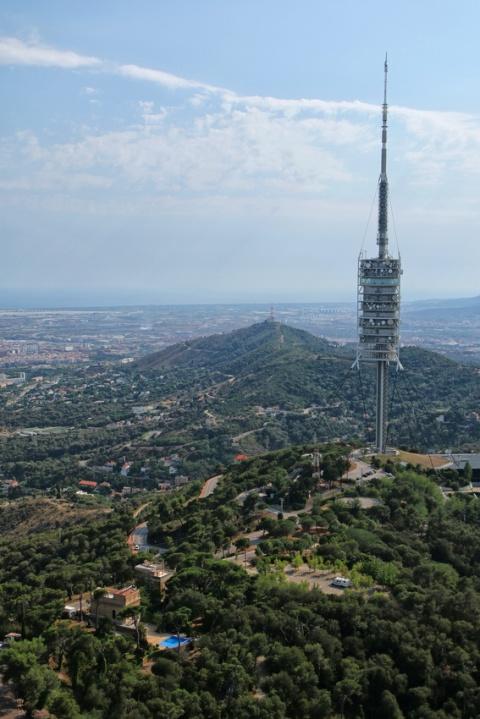 Vue sur la tour télécom depuis le sommet de l'église Sagrat Cor du Tibidabo (Barcelone).