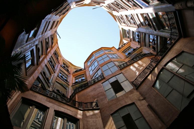 Barcelone, dans l'un des patios de la Pedrera ou Casa Milà.