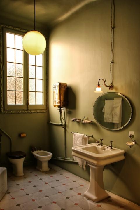 Salle de bain de l'un des appartements de la Pedrera ou Casa Milà, à Barcelone.