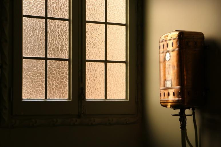Dans la salle de bain de l'un des appartements de la Pedrera ou Casa Milà, à Barcelone.