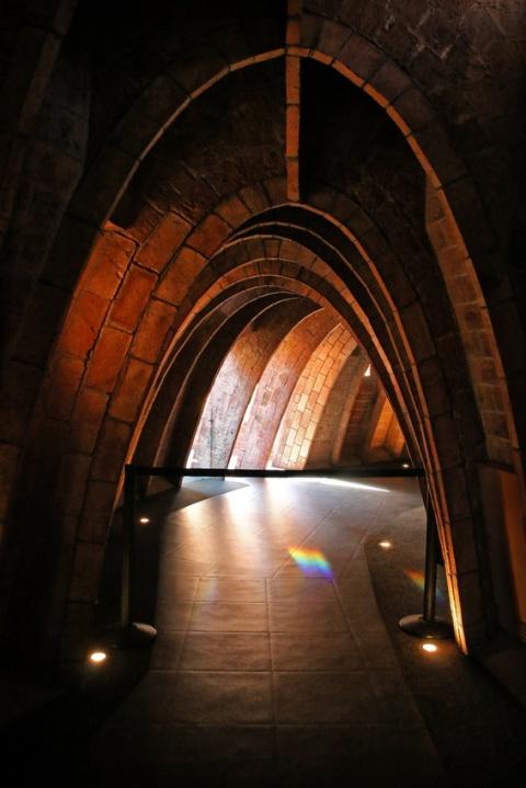 Sous le toit de la Pedrera ou Casa Milà, à Barcelone.