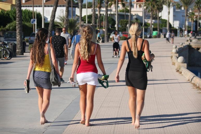 En bordure de la plage de Sitges (Espagne).