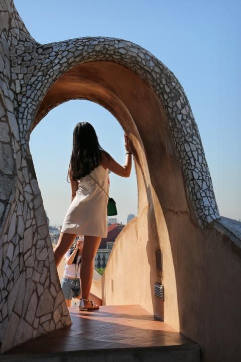 Photos entre copines sur le toit de la Pedrera, à Barcelone (Espagne).