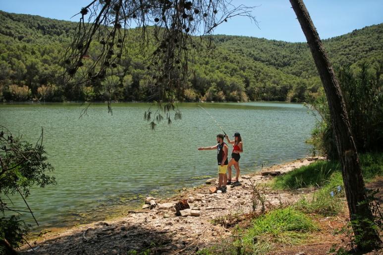 Pêche dans le lac du barrage de Foix, près de Castellet (Espagne).