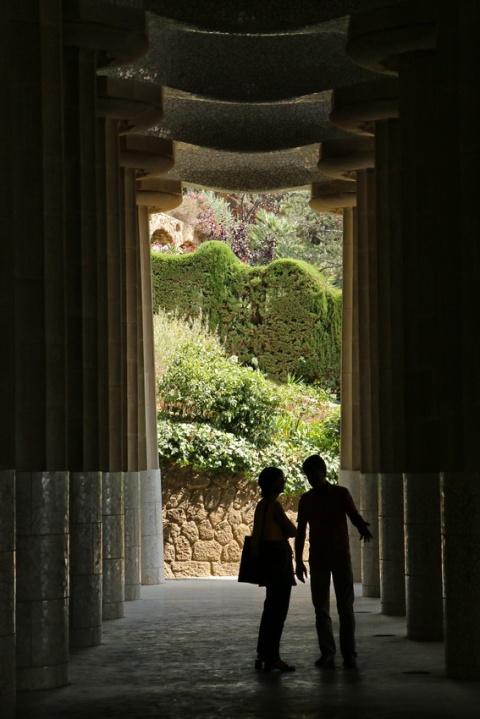 Barcelone (Espagne). Dialogue à l'ombre, au parc Güell.