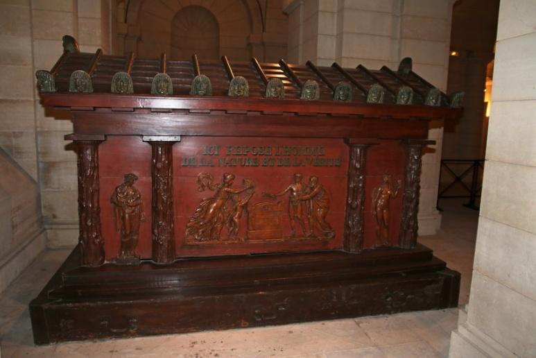 Cercueil de Jean-Jacques Rousseau dans la crypte du Panthéon (Paris).